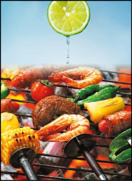 蝦子雖有微量砷但是無毒的有機砷,可以安心食用;檸檬是最佳的調味劑;圖為情境照。
