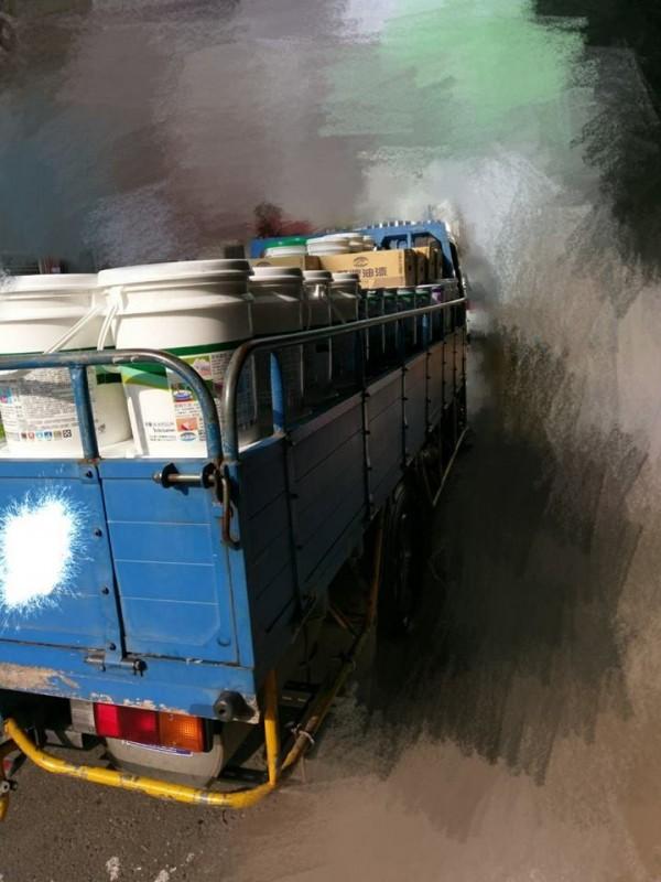 一名平時載運油漆的貨運司機昨在網路PO文爆料,指自己每天除了要送貨,還得「純手工」搬運百桶油漆,但月薪實領卻不到22K。(圖擷自《聯結車大貨車大客車拉拉隊運輸業照片影片資訊分享團》臉書)