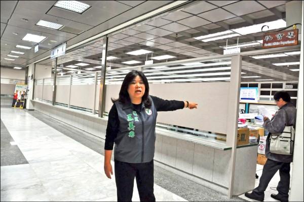 市議員王美惠到社會處洽公時發現,原本面向大廳開放的辦公室,被木板及霧面玻璃隔開,民眾要洽公恐不得其門而入。 (記者王善嬿攝)