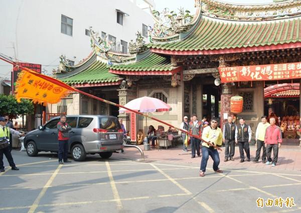 南瑤宮的頭旗長達7.6公尺,吸引各路好漢前來挑戰「耍旗」。(記者湯世名攝)