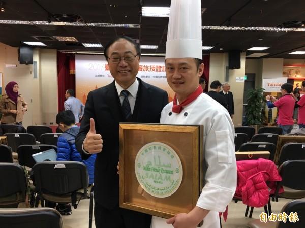 觀光局長周永暉與取得穆斯林餐飲認證的業者合影。(記者蕭玗欣攝)
