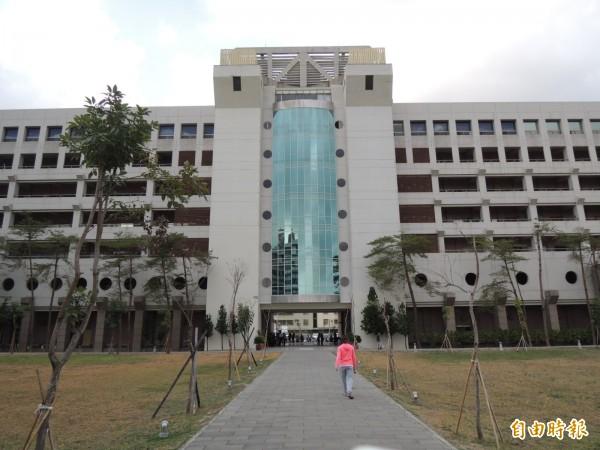 總統府南部辦公室今在高市府鳳山行政中心成立,圖中大樓左側三樓(記者王榮祥攝)
