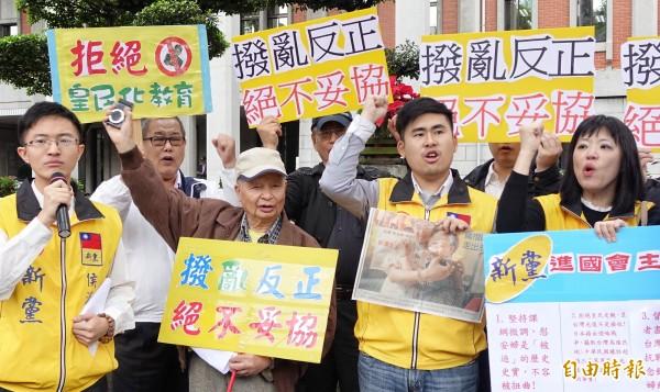 網友指出,疑為共諜的周泓旭,與唐慧琳(右一)、王炳忠(右二)等多名政界人士為臉書好友。(資料照,記者劉信德攝)