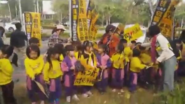 幼兒園未依既定的戶外教學計畫進行,臨時將掩埋場抗議活動當機會教育,教育局將函文糾正。(記者洪定宏翻攝)