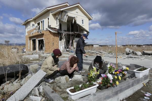 日本311大地震即將屆滿6週年,但受災戶遭遇的困難似乎沒有因此改善。圖為受災民眾悼念罹難親友。(歐新社)
