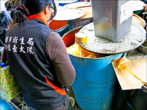 遠東油脂公司回收過期的乳瑪琳重製,桃園市衛生局稽查查獲。(桃園市衛生局提供)