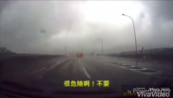 片中女駕駛打算硬切插隊下交流道,男副駕駛嚇得直呼「不要」,果然下一秒就遭後車追撞,影片內容引發網友熱議。(翻攝自臉書)