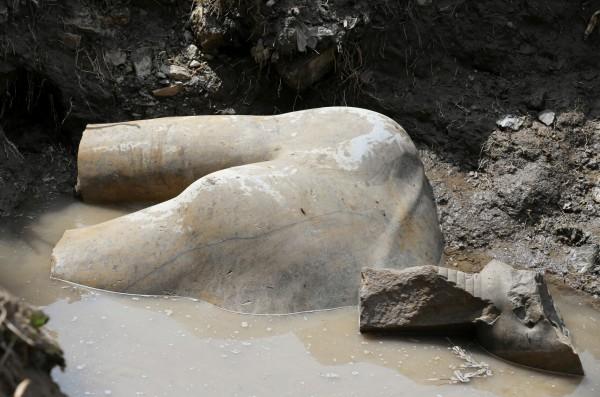 埃及古物部部長安納尼(Khaled al-Anani)表示,考古團隊先發現塑像的胸部及下巴,移開後又發現頭冠及右耳、右眼的部分,這是埃及考古史上最重大的發現之一。(路透)