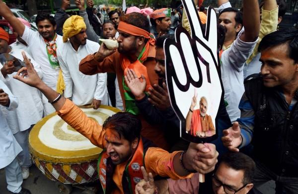 印度5個邦的區域選舉結果今(11)日出爐,印度總理莫迪領導的執政黨印度人民黨BJP大勝,民眾開心慶祝。(法新社)
