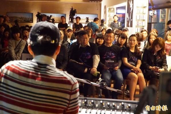 台北市長柯文哲到live house聆聽台北杜鵑花季演出,但歌手政治話題連發讓他臉色鐵青。(記者張凱翔攝)
