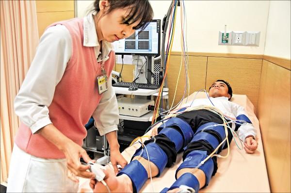 ▲透過「下肢對上肢動脈收縮壓比檢測」,若檢測比值小於0.9,表示病人可能有周邊動脈阻塞疾病。 (侯紹敏醫師提供)