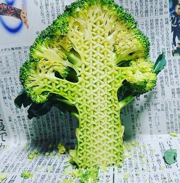 日本雕刻家經常使用極細的雕刻刀在水果與青菜上作畫。(圖擷自instagram)