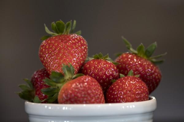 美國環境工作組織(Environmental Working Group,EWG)日前公布一份報告,列出12種最骯髒、農藥殘留量較多的蔬果,草莓再次拿下第1名。(彭博)