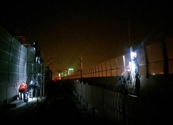 鐵工局夜間進行加高隔音牆改善噪音工程,引發附近居民抱怨夜間噪音。(記者蔡淑媛翻攝)