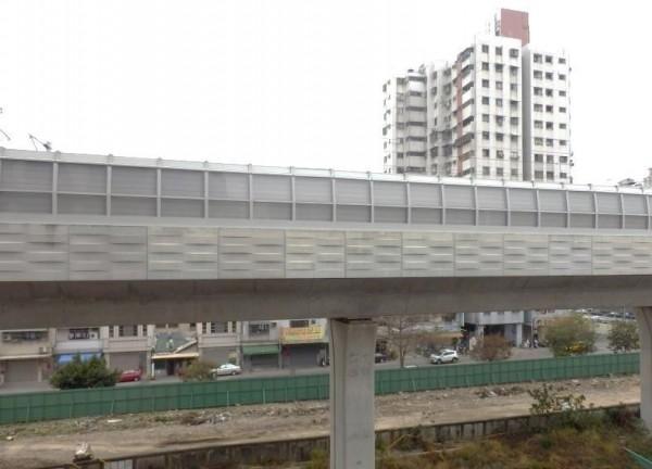 鐵工局進行加高隔音牆改善噪音工程。(記者蔡淑媛翻攝)