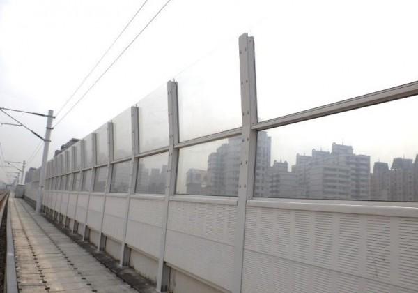 台中鐵路高架化隔音牆原來為2.4米。(記者蔡淑媛翻攝)
