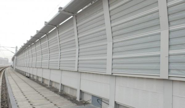 台中鐵路高架化隔音牆從2.4米加高至4米。(記者蔡淑媛翻攝)