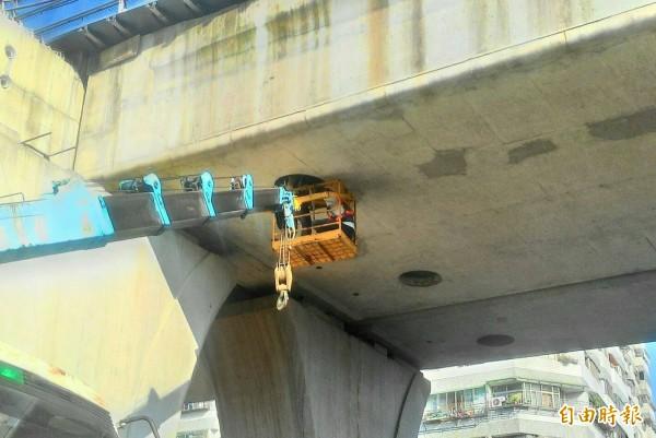 鐵工局進行橋樑制振混凝改善火車行駛噪音。(記者蔡淑媛攝)