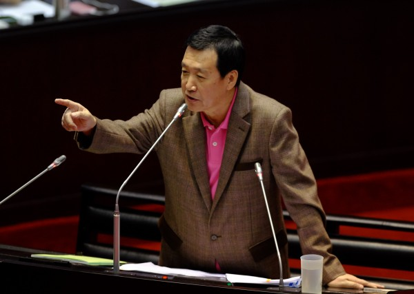 國民黨立委費鴻泰表示,世界上少有國家將稅目用於指定用途,以菸稅當長照財源,既不符合現實考量,也未考慮社會觀感。(記者王藝菘攝)