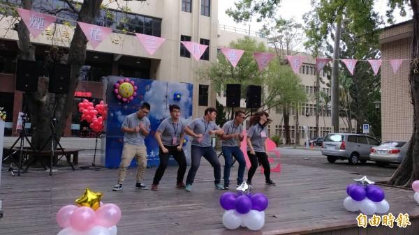 學生以「雞舞」表演迎接雞年。記者廖淑玲攝)