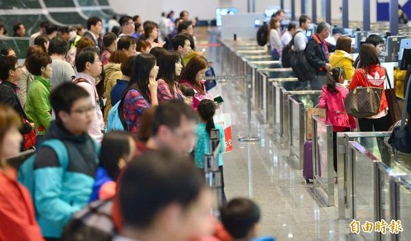 政院擬在3年內對印尼、寮國等6國開放完全免簽,圖為桃園機場出境畫面。(資料照,記者姚介修攝)