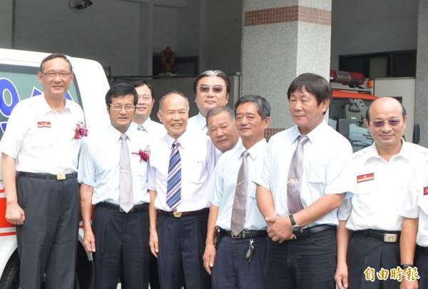 彰化縣消防局新任局長李永福(右一),原局長蕭嘉政(左一)退休。(記者湯世名攝)