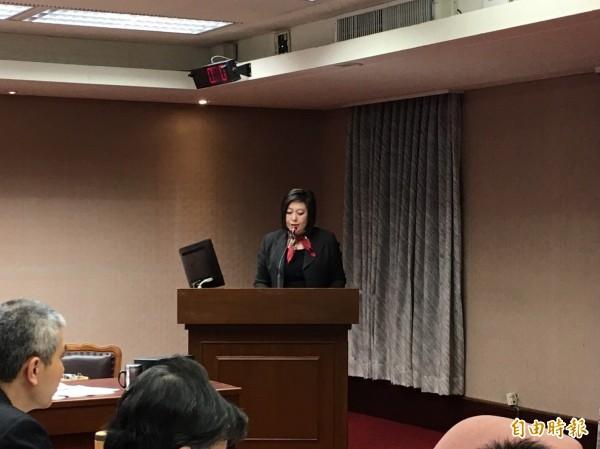 NCC主委詹婷怡今天到立法院報告,針對假新聞議題表示,預計下個月將邀請網路業者進行討論。(記者楊綿傑攝)