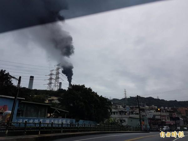 基隆市中山區台電協和火力發電廠,今天早上10點45分4號機跳機,煙囪冒出大量黑煙,居民痛罵。(記者俞肇福攝)