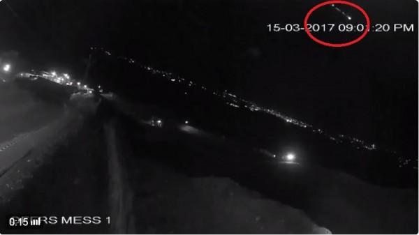 當地時間晚間9時左右,巴基斯坦吉爾吉特市和周圍的吉澤爾縣和狄阿莫縣地區的民眾都目擊到一個發光物體穿越了高山上的夜空。(圖擷取自推特影片)