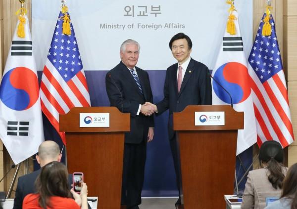 美國國務卿提勒森(左)與南韓外交部長尹炳世聯合召開記者會。(歐新社)
