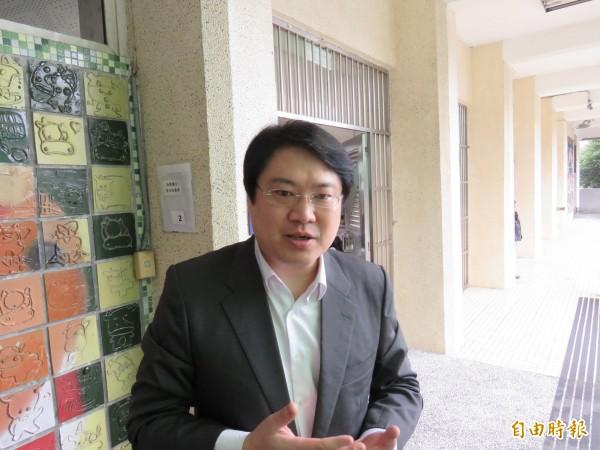 基隆市長林右昌強調,基隆輕軌捷運是要串連基隆市港與大台北首都經濟圈,不只是為通勤而蓋。(記者林欣漢攝)