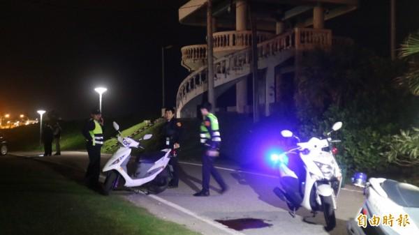 花蓮市殯儀館後方今晚8點左右發生青少年鬥毆事件,現場留下一大灘血。(記者王錦義攝)