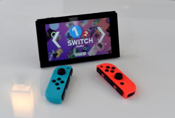 任天堂新款遊戲機「Nintendo Switch」上市後熱賣,任天堂已決定將產量上調,比預期增加至少一倍。(法新社)