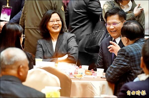 總統府中部辦公室昨啟用,總統蔡英文與中彰苗地方人士進行茶敘。(記者廖耀東攝)