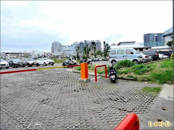 新店第一公墓第一期遷葬工程完成,入口處現況為停車場。(記者何玉華攝)