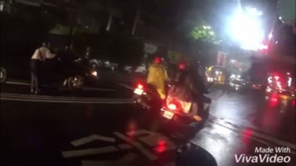 「借錢哥」被網友回絕後跑到馬路中央向車內民眾借錢。(圖擷取自《爆料公社》影片)
