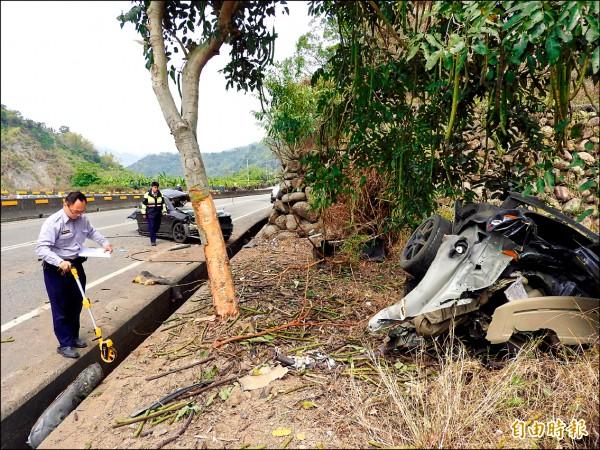 黑色自小客車疑失控從內側車道偏移,擦撞路旁樹木,車身剖成兩半。 (記者佟振國攝)