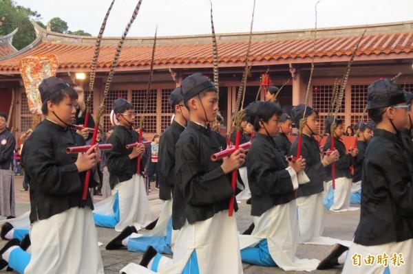 春季祭孔大典由忠義國小學生擔綱跳六佾舞。(記者蔡文居攝)