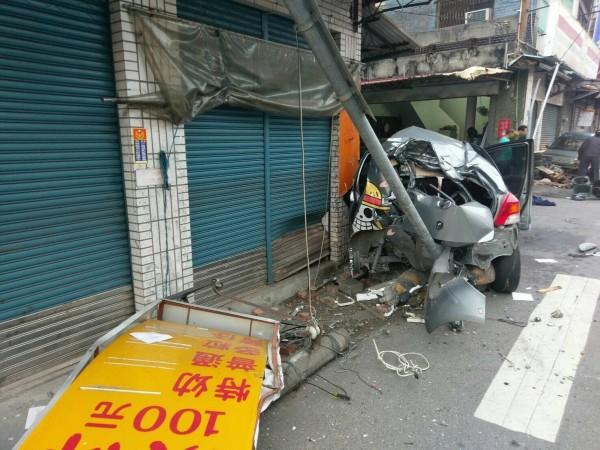 自小客車疑似失控撞斷路燈,整部車撞得面目全非。(記者蘇福男翻攝)