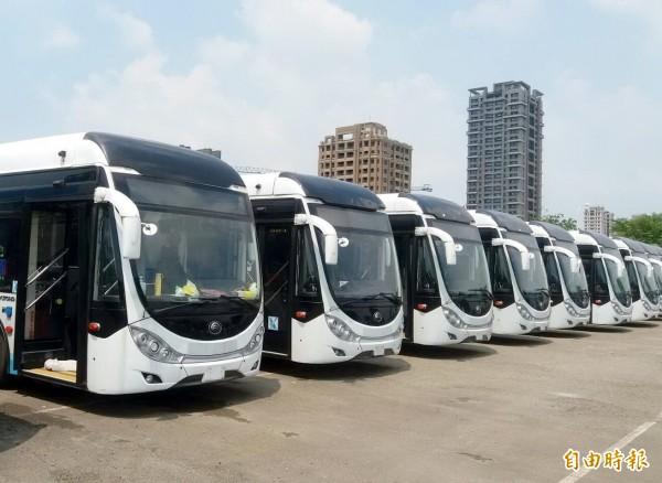 中市府採購的雙節公車將行駛到高美濕地。(記者張菁雅攝)