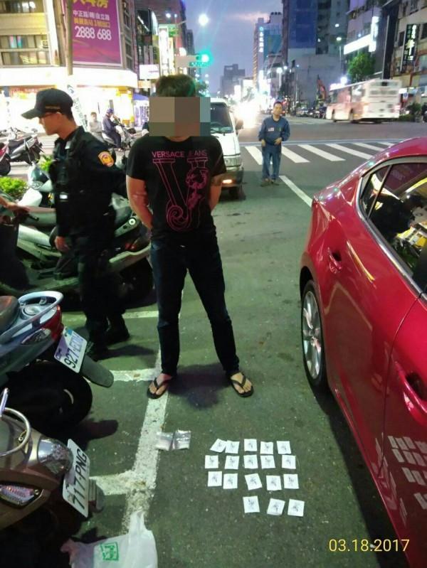 通緝男遇特警狂嚼檳榔裝淡定,被搜出毒罪加一等。(記者黃良傑翻攝)