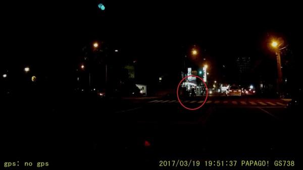 網友因機車未開大燈的機車(紅圈處)未注意而釀成車禍。(擷取自影片)