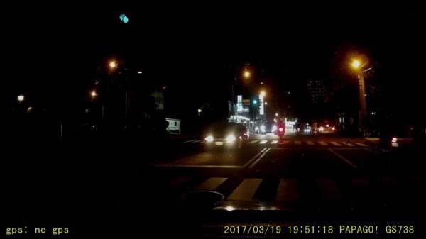 該處路段路燈昏暗能見度頗低。(擷取自影片)