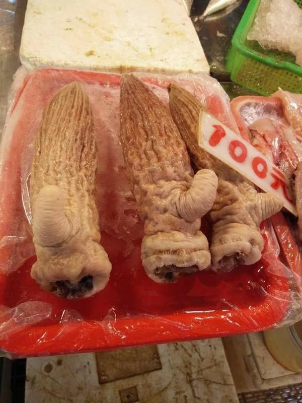 日前一名女網友到市場買菜,驚見1條要價100元、外型貌似男性生殖器的食材。(圖擷自「爆料公社」臉書社團)