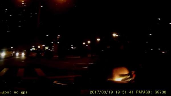 網友加速左轉,卻因機車未開大燈而撞上。(擷取自影片)