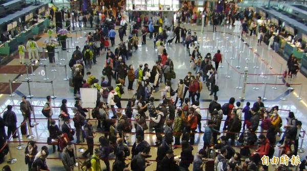 中客不來,桃園機場出入境人數反而增加。(資料照,記者姚介修攝)