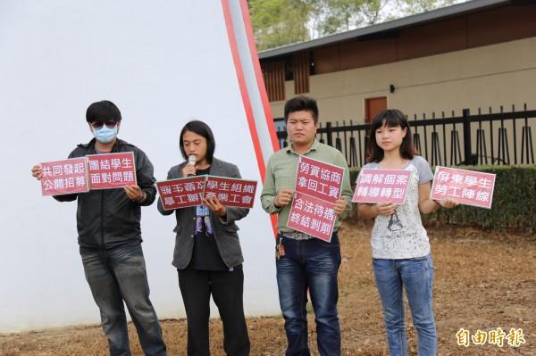 黃姓同學、學生招有倫、樹黨共同黨主席冼義哲、台灣數人會代表舒羽涵(左至右)等人共同召開記者會表達訴求。(記者邱芷柔攝)
