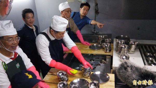 台北市長柯文哲下午到訪士林市場,實際操控洗碗機。(記者黃建豪攝)
