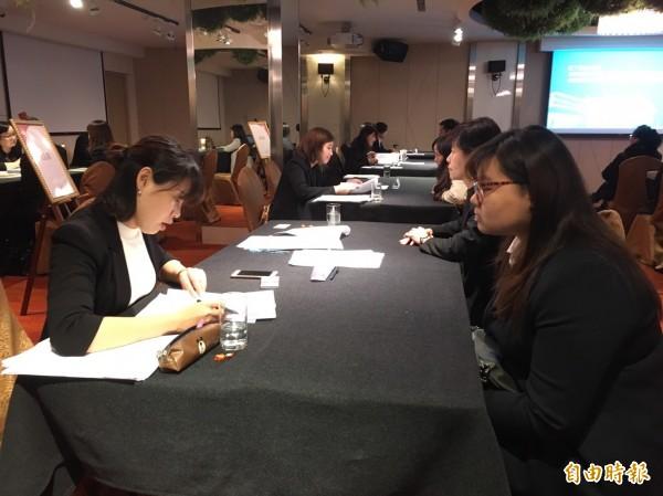 凱撒飯店今舉辦第一梯次面試,近500位面試者到場。(記者蕭玗欣攝)