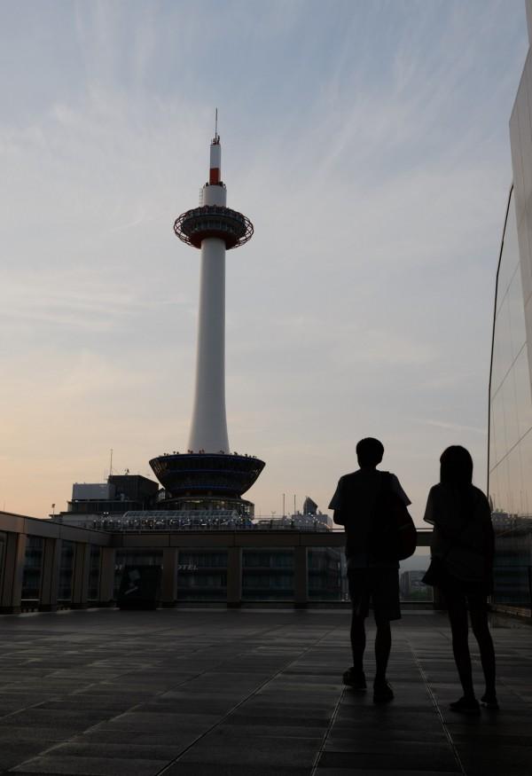 位於京都車站前的著名地標「京都塔」,被網友票選為最令人失望的景點。(彭博)